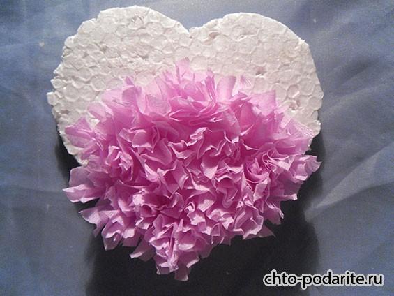 Прикрепляем квадратики из бумаги на сердце