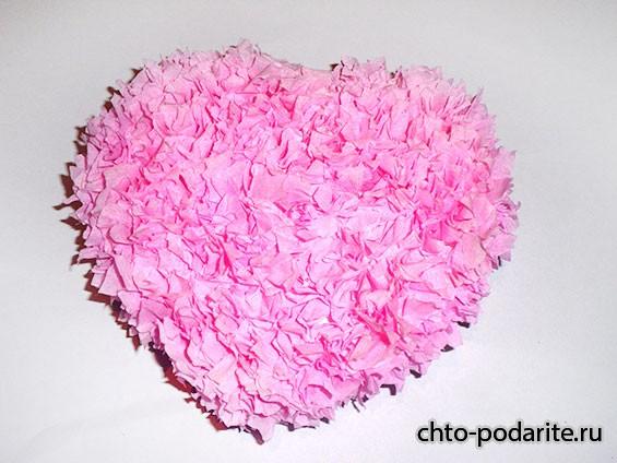 Сердце из пенопласта и гофрированной бумаги