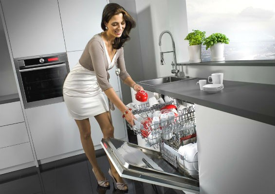 Женщина и посудомоечная машина