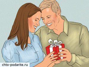 Девушка получает подарок от парня на День святого Валентина