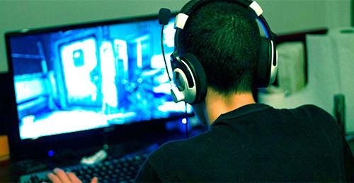 подросток играет в видеоигру
