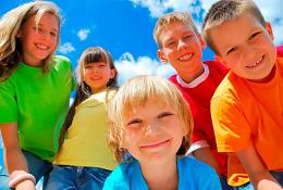 дети в ярких футболках на фоне неба