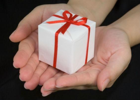 Как оригинально преподнести подарок девочке