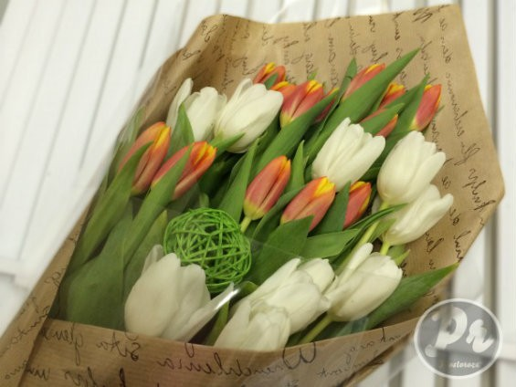 Искусственные цветы в интерьере гостиной