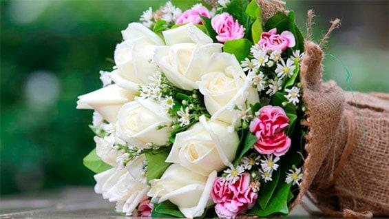 белые и розовые розы в букете