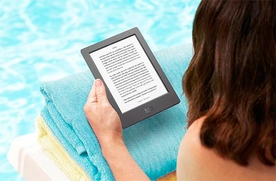 девушка с электронной книгой
