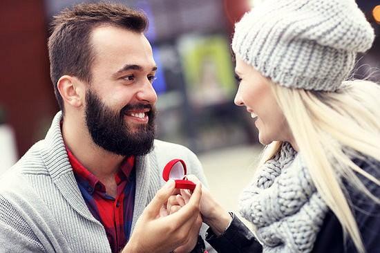 мужчина дарит женщине кольцо