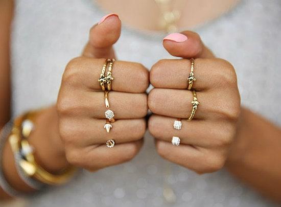 разные кольца на пальцах