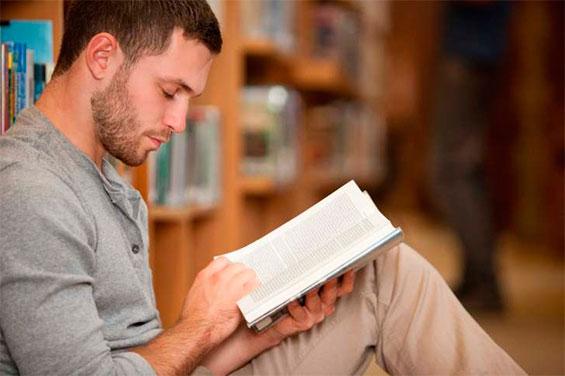 парень читает книгу