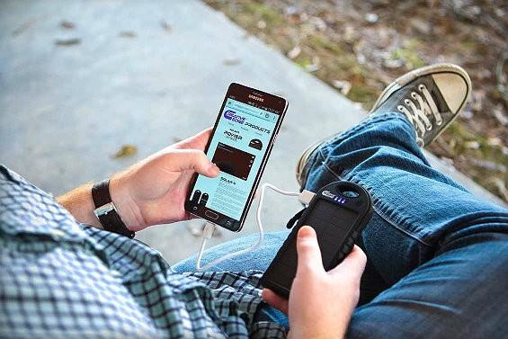 Powerbank и смартфон в руках