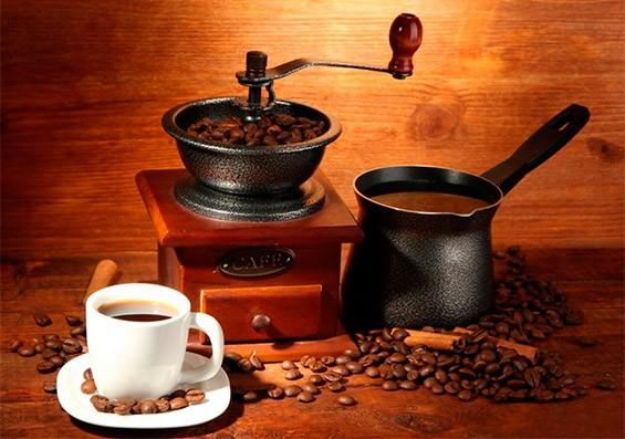 кофемолка, турка и чашка с кофе