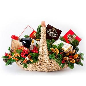 Новогодняя корзина из фруктов, сладостей и выпивки