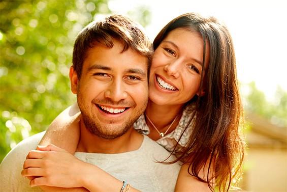 мужчина и женщина обнимают друг друга