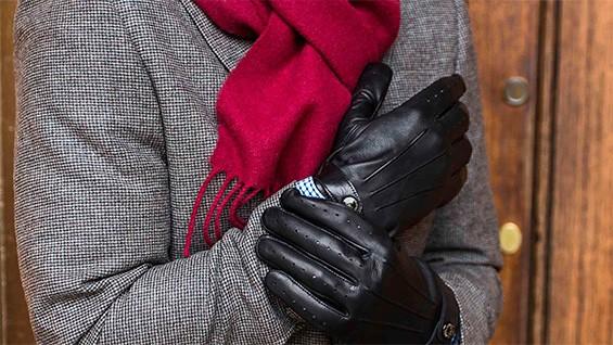 мужчина в шарфе и перчатках