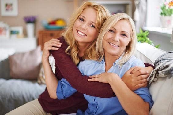 взрослая дочь с мамой