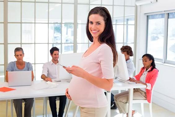 беременная женщина с коллегами