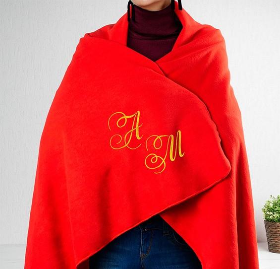 плед с инициалами красный
