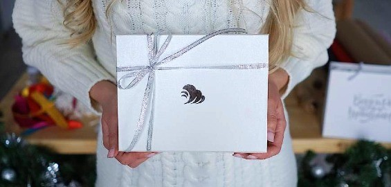 коробка с подарком в руках