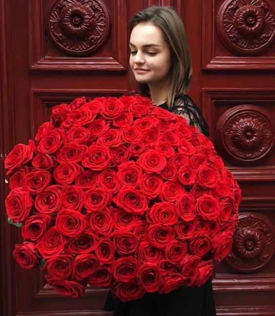девушка с букетом из 101 розы