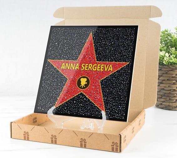 Голливудская звезда с именем на подставке
